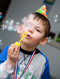 El muchacho deja burbujas de jabón Imagenes de archivo