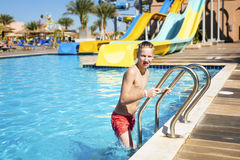 El muchacho deja la piscina después de nadar Fotografía de archivo