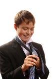 El muchacho del adolescente ata un lazo en un fondo blanco Fotos de archivo