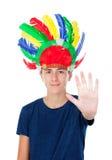El muchacho del adolescente con los indios empluma con muchos colores Imagen de archivo
