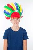 El muchacho del adolescente con los indios empluma con muchos colores Fotografía de archivo libre de regalías
