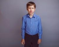 El muchacho del adolescente de 10 años de aspecto europeo es Imagen de archivo