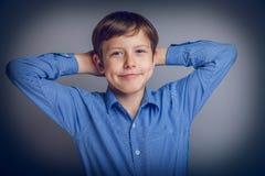 El muchacho del adolescente de 10 años de aspecto europeo siente Fotos de archivo