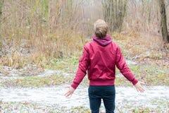 El muchacho del adolescente dio vuelta detrás a disfrutar de la naturaleza libre que sentía feliz Foto de archivo
