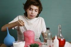 El muchacho del adolescente hace experimentos químicos con el reactivo Fotografía de archivo libre de regalías
