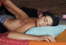 El muchacho del adolescente que tiene masaje tailandés asiático dirige detrás y los hombros Fotos de archivo
