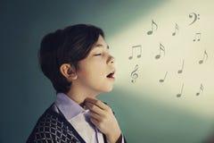 El muchacho del cantante del adolescente canta cerca encima del retrato Fotografía de archivo libre de regalías