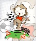 El muchacho del mono incorpora el campo de jugar a fútbol Imagenes de archivo