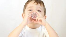 El muchacho del niño bebe el jarabe líquido, medicina Primer Tratamiento de un niño almacen de video