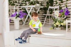 El muchacho del niño come la torta de cumpleaños fotografía de archivo libre de regalías