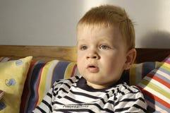 El muchacho del niño ve la TV fotos de archivo libres de regalías