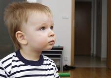 El muchacho del niño ve la TV foto de archivo libre de regalías
