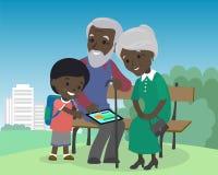 El muchacho del nieto enseña los abuelos a la PC de la tableta del uso Africano moderno de aprendizaje mayor de Internet de la te Foto de archivo libre de regalías