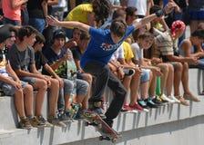 El muchacho del patinador se realiza durante competencia en el festival urbano de los héroes de la calle Fotografía de archivo libre de regalías
