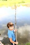 El muchacho del preadolescente con el uno mismo de la pesca hecho montó Foto de archivo
