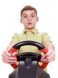 El muchacho del retrato juega una videoconsola de conducción Foto de archivo