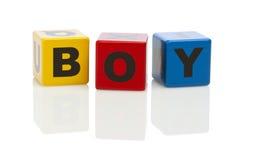 El muchacho deletreó hacia fuera en bloques huecos del alfabeto Imagen de archivo libre de regalías