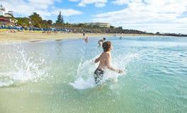 El muchacho disfruta de su día de fiesta de la playa Fotografía de archivo
