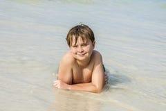 El muchacho disfruta de su día de fiesta de la playa Fotos de archivo