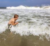 El muchacho disfruta de vacaciones en el océano Fotografía de archivo libre de regalías