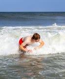 El muchacho disfruta de vacaciones en el océano Imagen de archivo