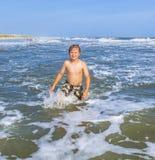El muchacho disfruta de vacaciones en el océano Fotos de archivo