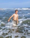 El muchacho disfruta de vacaciones en el océano Imagen de archivo libre de regalías