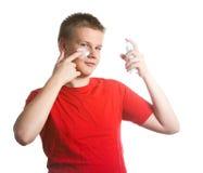 El muchacho, el adolescente intenta tener un afeitado y es la primera vez confuso Foto de archivo