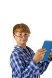 El muchacho elegante feliz está leyendo Imagenes de archivo