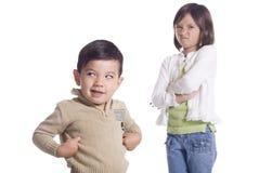 El muchacho empuja la diversión en la hermana. fotografía de archivo libre de regalías