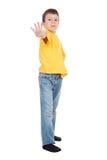 El muchacho en amarillo alcanza hacia fuera Imagenes de archivo