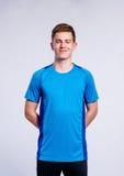 El muchacho en azul se divierte la camiseta, hombre joven, tiro del estudio Fotos de archivo libres de regalías