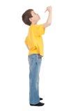 El muchacho en camiseta amarilla escribe Fotografía de archivo