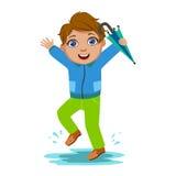El muchacho en chaqueta azul con el paraguas, niño en la lluvia de Autumn Clothes In Fall Season Enjoyingn y tiempo lluvioso, sal Imagen de archivo libre de regalías