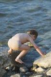 El muchacho en el mar Fotografía de archivo