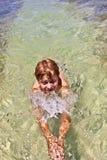 El muchacho en el océano nada en hermoso Fotografía de archivo libre de regalías