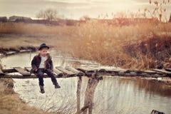 El muchacho en el puente Foto de archivo