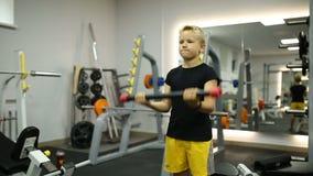 El muchacho en el gimnasio está jugando deportes almacen de metraje de vídeo