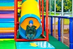 El muchacho en la atracción Imagen de archivo