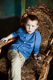 El muchacho en la camisa y la pana azules jadea Imagen de archivo