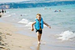 El muchacho en la playa Fotografía de archivo libre de regalías