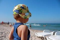 El muchacho en la playa. Foto de archivo libre de regalías