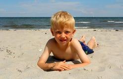 El muchacho en la playa del mar fotografía de archivo