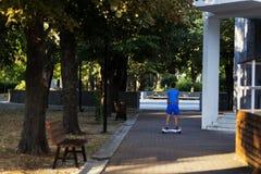 El muchacho en el parque foto de archivo