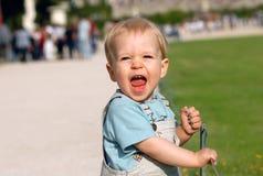 El muchacho en parque imagenes de archivo