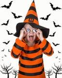 El muchacho en el traje para Halloween asusta a amigos Fotografía de archivo libre de regalías
