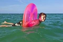 El muchacho en un anillo de la nadada se divierte en el ocea Fotos de archivo libres de regalías
