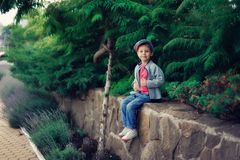 El muchacho en un casquillo Fotografía de archivo
