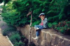 El muchacho en un casquillo Foto de archivo