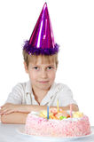 El muchacho en un casquillo con una empanada Imagen de archivo